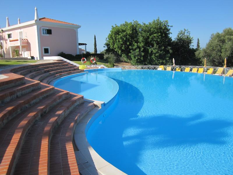 ONE BEDROOM APARTMENT FOR 2 IN A COMPLEX 5-MINUTE DRIVE FROM THE CENTRE OF VILAMOURA REF. CCC110427 - Image 1 - Quarteira - rentals