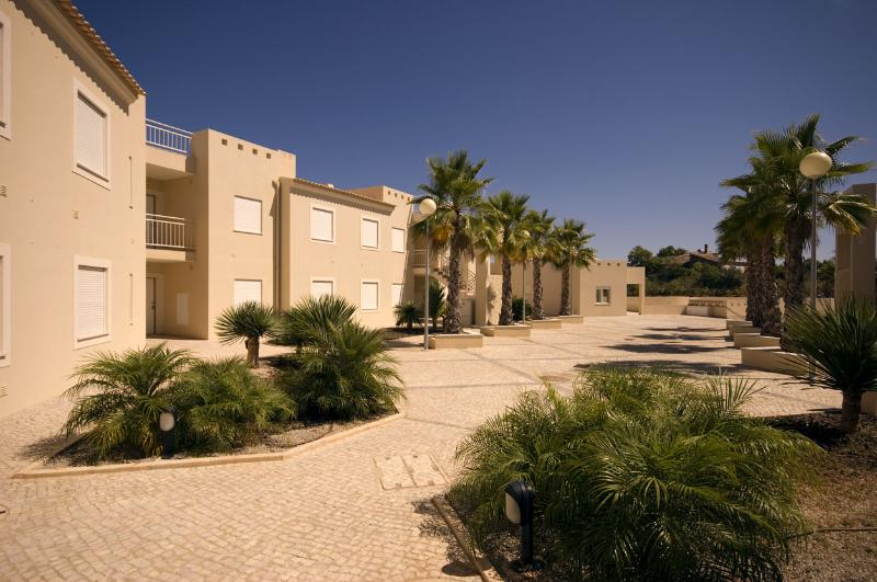 THREE BEDROOM APARTMENT WITH SEA VIEW FOR 8, JUST 1.5 KM FROM CARVOEIRO REF.QPII111043 - Image 1 - Carvoeiro - rentals
