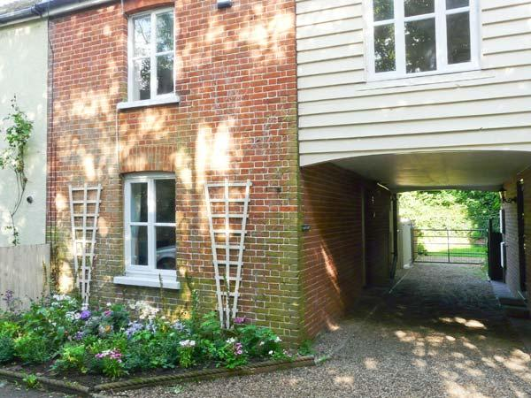 LAZYDAYS COTTAGE, superb country property, woodburner, enclosed courtyard garden, in Preston near Canterbury, Ref 906554 - Image 1 - Preston - rentals
