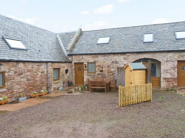 THE TACK ROOM, panoramic coastal views, pet friendly, near Dunbar, Ref. 904533 - Image 1 - Cockburnspath - rentals