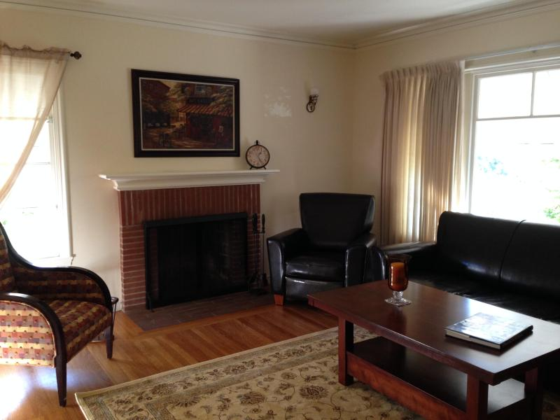 Living room - Lovely 2 bedroom in the Heart of the Gourmet Ghetto - Berkeley - rentals