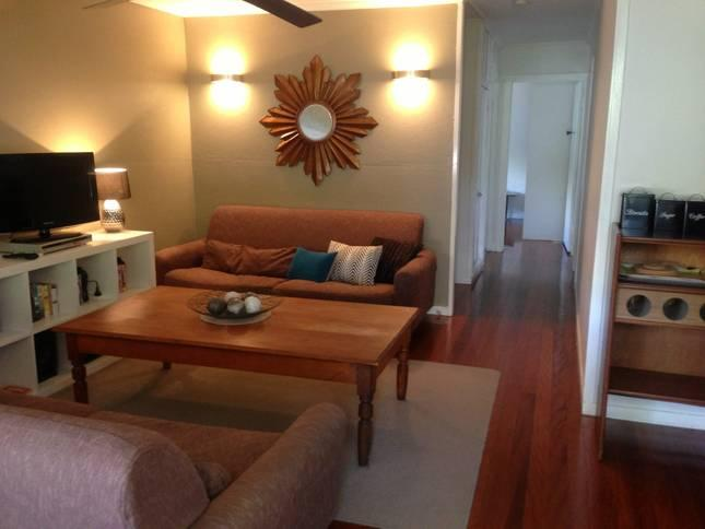 Cosy living area with retro feel - Dahlia Cottage - Self catering, Fully furnished in Cannon Hill, QLD - Brisbane - rentals