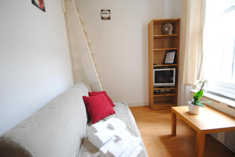 Well planned split level studio4@20 - Image 1 - London - rentals