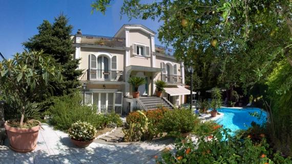 Secluded 6 bedroomed villa with private pool in the centre of Sorrento for up to 14 people - Image 1 - Sorrento - rentals