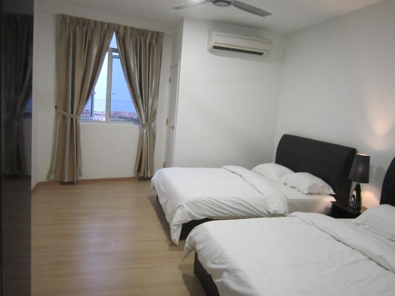 Two queen bed and wardrobe in the bedroom - Wen'sCozy 118 Family Home - Tanjung Bungah - rentals