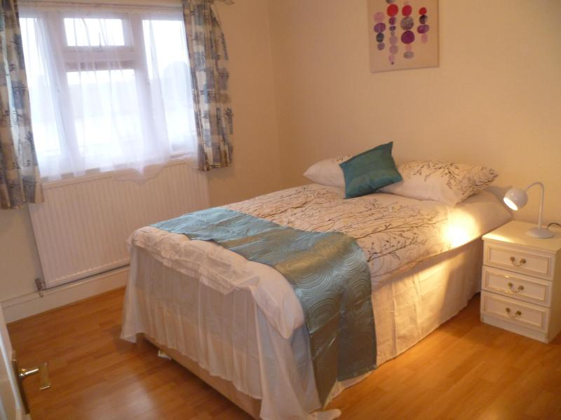 London  Bellman 1 Bed Flat Sleeps 2-8. - Image 1 - Chigwell - rentals