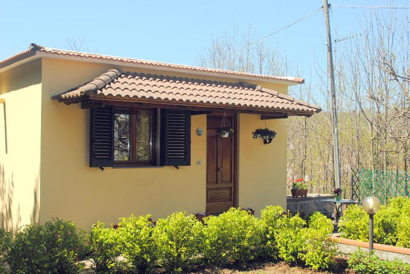 The external view of the house  - Casa Roberta, pretty apt surrounded by greenery - Sant'Agata sui Due Golfi - rentals