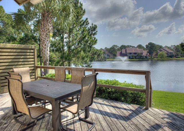 Beautiful downstairs deck overlooking the lake. - Plan a fall getaway for the family. Sleeps 10 with Free Shuttle. - Sandestin - rentals