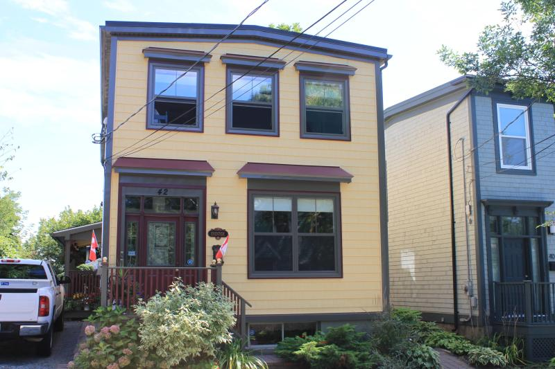 Beautiful Victorian in Historic Dartmouth - Two BedroomTop Floor Victorian Flat near downtown Halifax - Halifax - rentals