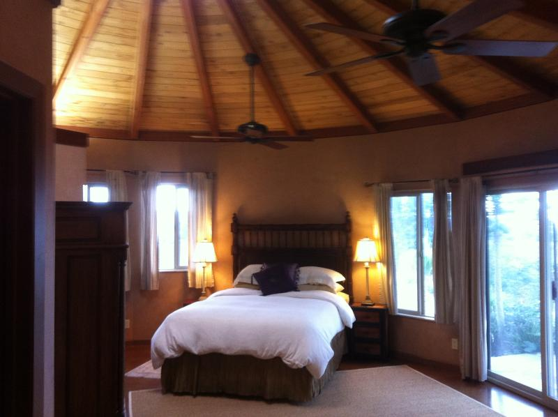 Master Bedroom with Natural Stone Floors, Venetian Plaster Walls and Large Skylight - Beautiful Cottage-Ideal Climate-Lush Surroundings - Kamuela - rentals