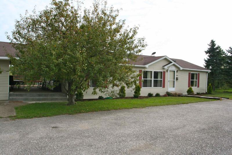 Front of the house - House with private stocked fishing lake - English - rentals