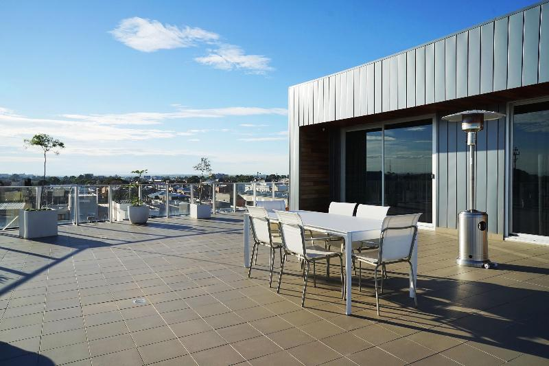 Terrace with patio heater, dining table and bbq - Jewell 408 - Sky Terrace - Brunswick - rentals