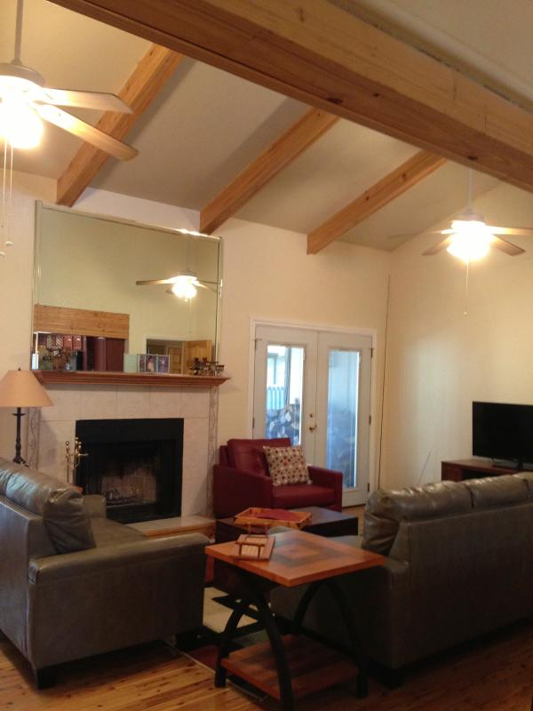 Vaulted wood beamed ceilings make this room spacious. Fireplace & ceiling fans - Large Pinetop condo sleeps 7.  Summer dates avail. - Pinetop - rentals