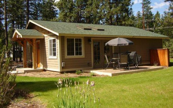 Nice yard, deck furniture and BBQ - JEWEL OF THE FOREST - Sweet spot to kick back, free access to seasonal pool, tennis court & basketball court, borders National F - Sisters - rentals