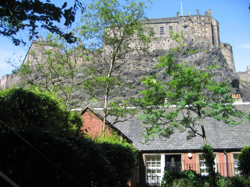 Approach to the apartment - King's Stables, with view of Edinburgh Castle - Edinburgh - rentals