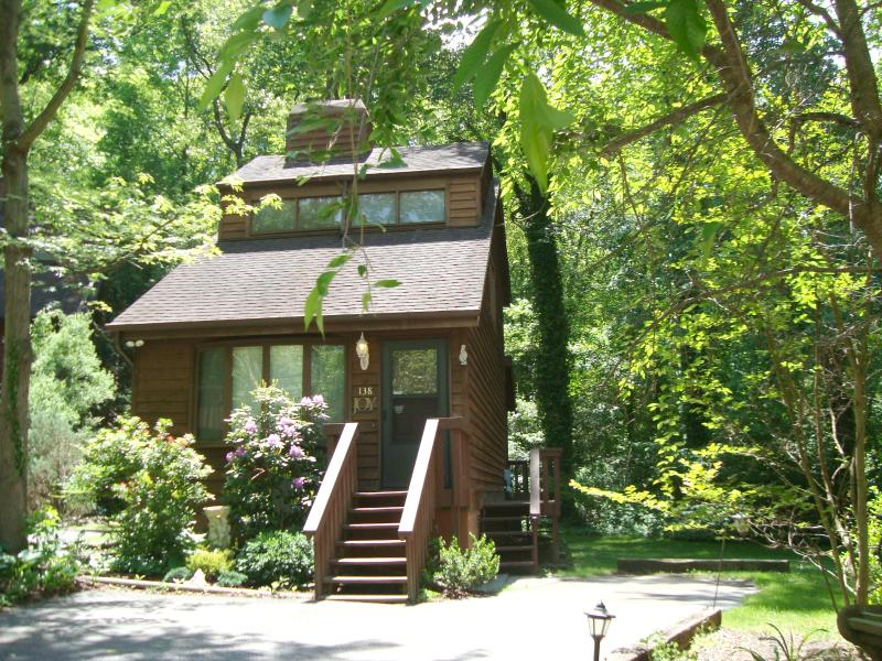 Romantic Joy Chalet: 1 BR/1.5BA/Cathedral Ceiling/Gas Log FP/Hot Tub/Full Kitchen/Forest Back Yard - Romantic JOY CHALET: King/Hot Tub/FP/Massage Chair - Asheville - rentals