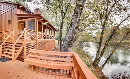 FISH TRAP CABIN*200 FT FRONTAGE ON TOCCOA RIVER-WALKING DISTANCE TO RIVER ESCAPE CABIN-GAS LOG FIREPLACE-2 BR+ SLEEPING LOFT-2 BA-LARGE HOT TUB-SAT TV-WIFI-POOL TABLE-GAS GRILL-FIRE PIT BY RIVER-COVERED PORCH - Image 1 - Blue Ridge - rentals