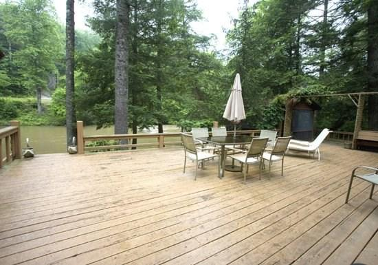 RIVERDANCE*3BR~2BA~CABIN ON THE TOCCOA RIVER~GAZEBO OVERLOOKING THE TOCCOA RIVER~CLOSE TO RUSTIC RIVER LODGE~GAS GRILL~HOT TUB~GAS LOG FIREPLACE~FIRE PIT~SLEEPS 7~$165/NIGHT! - Image 1 - Blue Ridge - rentals