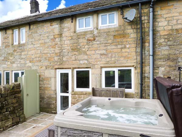 RED ROSE COTTAGE, patio with hot tub, WiFi, zip/link bed, Ref 912594 - Image 1 - Hebden Bridge - rentals