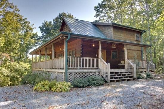DANCING BEAR*3BR/3BA CABIN~SLEEPS 6~MOUNTAIN VIEW~HOT TUB~GAS GRILL~FIRE PIT~GAS LOG FIREPLACE~SAT TV~JETTED TUB~POOL TABLE~FOOSEBALL~$139/NIGHT! - Image 1 - Blue Ridge - rentals