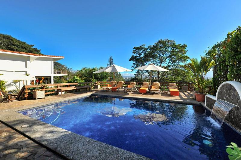 The heated pool has comfortable deck chairs for sun bathing - Casa Britto - San Jose - rentals
