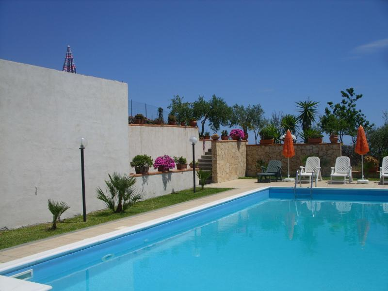 private pool with sun loungers and parasols - HOLIDAY HOUSE VILLA A.R. with private pool and garden. - Etna - Acireale - rentals