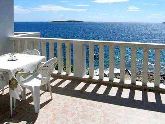 Apartment for 4 persons near the beach in Vis - Image 1 - Cove Stoncica - rentals