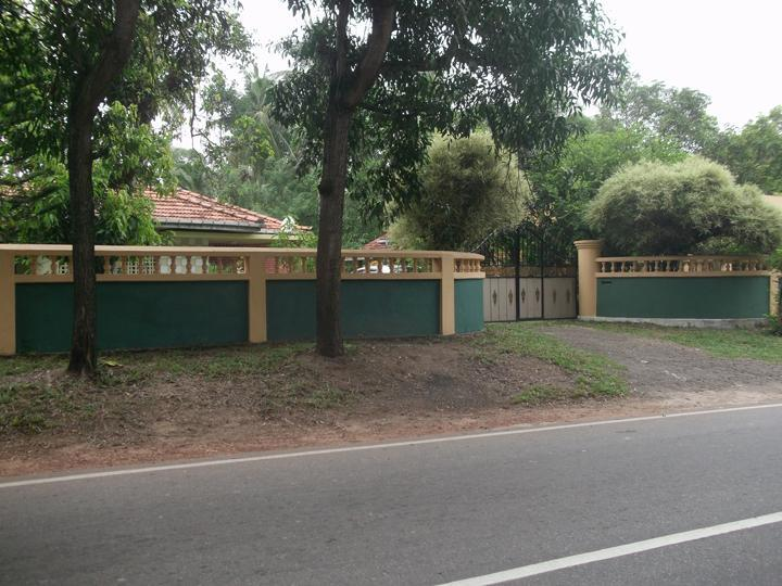 Gate - Entrance from the main road - Luxury house for rent monthly or daily - Gampaha - rentals