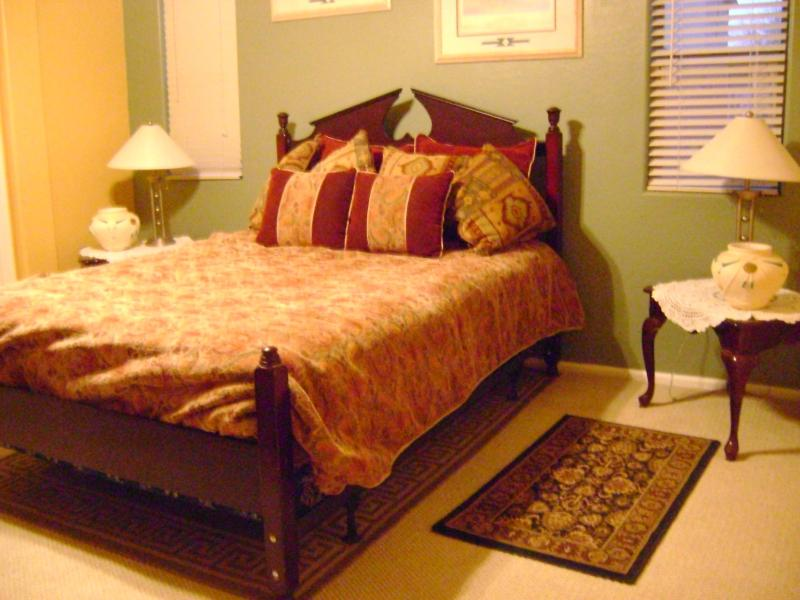 Master bedroom with large closet and bathroom - Arizona central sleeps 8 1 hour to super bowl 2015 - Maricopa - rentals