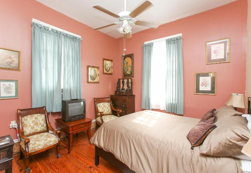 Queen size bedroom - Easy to French Quarter Please See property 513688 - New Orleans - rentals