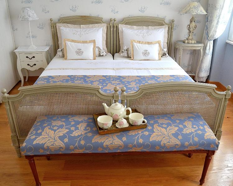 The king size bed (180 cm) with NEW bedding : it can be separated into 2 singles - Charming apartment TERRACE A/C Historic Heart Perigueux - Perigueux - rentals