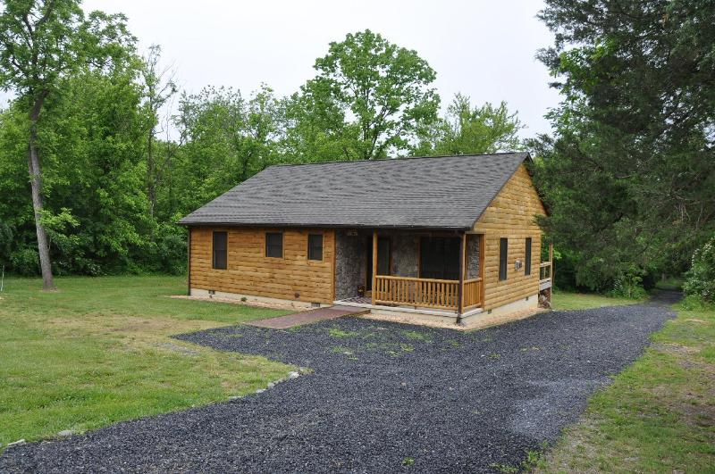 Lovely log cabin in the woods near the river - Bear Timbers Cabin on the Shenandoah River - Luray - rentals