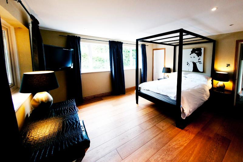 Master bedroom with luxury four poster bed - Beautiful Holiday Home In The Heart of Croyde Bay - Croyde - rentals