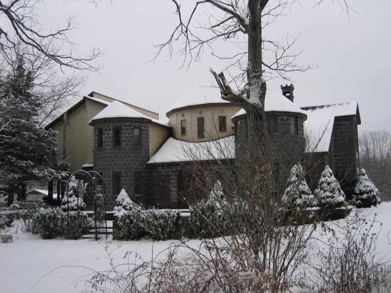 The main house during winter - Hudson Valley Cottage - Ghent - rentals