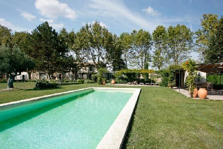 Traditional Farmhouse L'Antiquaire offers All Modern Amenities with Pool & Alfresco Dining - Image 1 - L'Isle-sur-la-Sorgue - rentals