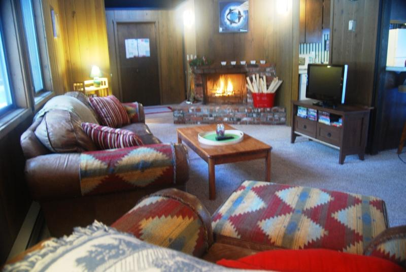 Living room with CATV/DVD, wood-burning fireplace. - Near Village/SHARC + 6 free passes, Hot Tub, Bikes - Sunriver - rentals