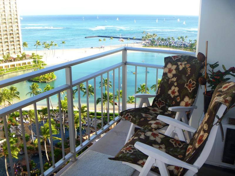 What a view to wake up to! - Beachfront Condo with ocean views from every room! - Waikiki - rentals