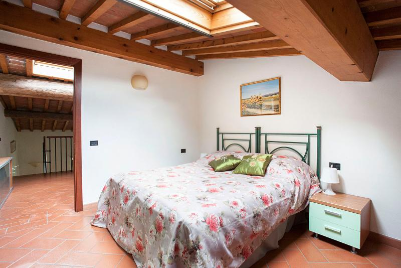 very confortable bedroom with window on the roof - San Frediano 2B - Florence - rentals