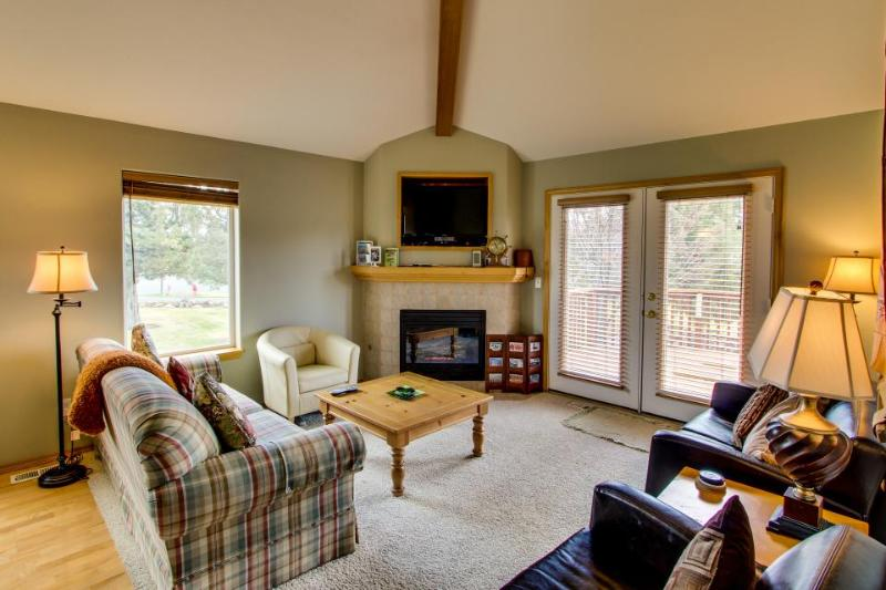 Eagle Crest on 9th Green with Hot Tub & WiFi - Image 1 - Redmond - rentals