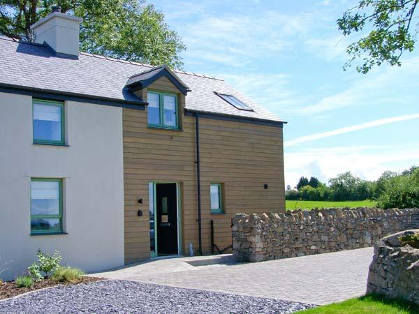 TYDDYN ADDA, quality cottage with en-suite, rural location, ideal for beaches, walking, in Brynsiencyn, Ref 23275 - Image 1 - Brynsiencyn - rentals