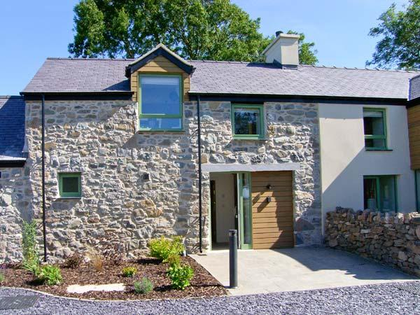 GWALIA, quality cottage with balcony, rural location, ideal for beaches, walking, in Brynsiencyn, Ref 23278 - Image 1 - Brynsiencyn - rentals
