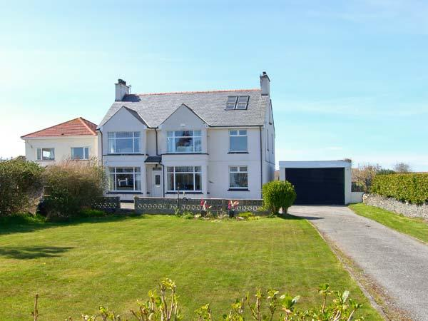 GABLES RETREAT, single-storey cottage near beach, en-suite, garden and patio in Trearddur Bay, Ref 5579 - Image 1 - Trearddur Bay - rentals