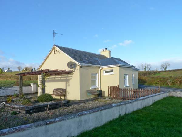 OILEAN FHONN, detached cottage with multi-fuel stove, patio, Kildysart, Kilrush Ref 19641 - Image 1 - Kilrush - rentals