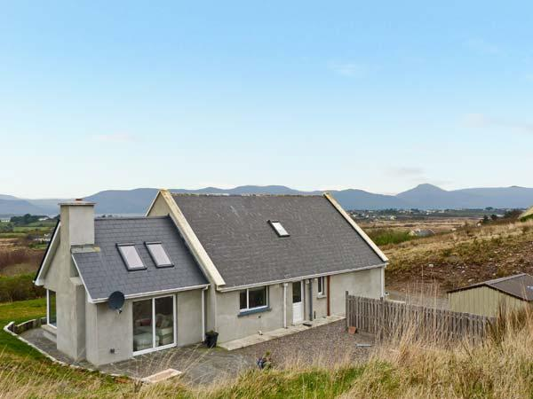 COGAN COTTAGE, open fire, off road parking, garden, in Killorglin, Ref 20397 - Image 1 - Killorglin - rentals