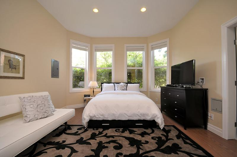 10ft Ceilings with Recessed Lighting - Luxury Suite in Rockland Area Near Downtown - Victoria - rentals
