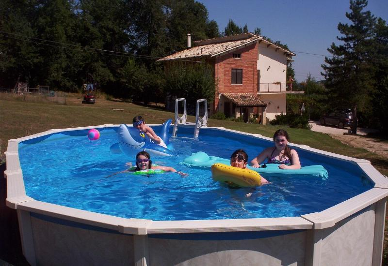 Guests having fun in the pool - Casa Biaggi - San Ginesio - rentals
