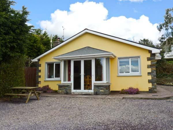 EDENCREST LODGE, detached bungalow, Jacuzzi bath, solid-fuel stove, sea views, near Bantry, Ref 13772 - Image 1 - Bantry - rentals