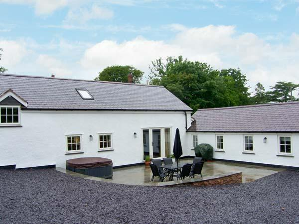 NANT YR HENDRE, hot tub, beautiful views, woodburner, near Ruthin, Ref 19626 - Image 1 - Ruthin - rentals