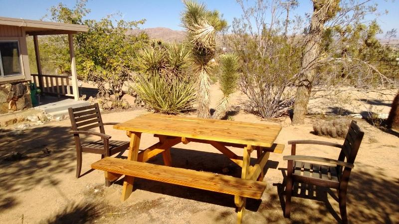 Enjoy lunch or breakfast outside on the property  - Best Rate for 5 Minutes from Ntl Park! - Joshua Tree National Park - rentals