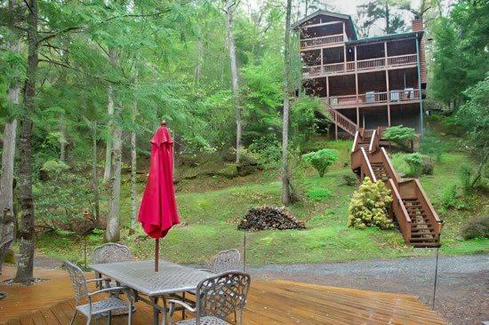 REAR VIEW OF CABIN  - BEARS NEST*NEW LISTING*ON THE TOCCOA RIVER~3 BR/3 BA~SLEEPS 8-10~WOOD BURNING FIREPLACE~FOOSBALL TABLE~DART BOARD~ WIFI~NETFLIX ONLY (NO SAT TV)~Wii CONSOLE~GAS GRILL~HOT TUB~FIRE PIT~RIVER DECK W/CHARCOAL GRILL~PET FRIENDLY~GREAT TROUT FISHING~$200/NIGHT - Blue Ridge - rentals